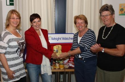 Overhandiging door Monique Commers, coach voor Weight Watchers aan Gina van Kesteren namens het bestuur Voedselbank Wassenaar