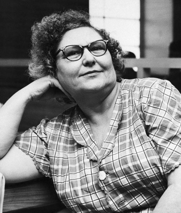 Nannie Doss was een seriemoordenaar, die vier echtgenoten, haar moeder, een schoonmoeder, haar zus en haar kleinzoon ombracht. Blijkbaar stond ze ondanks dat welgemoed in het leven, getuige haar bijnamen Giggling Granny en Jolly Black Widow