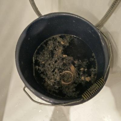 In een emmer spoelde ik de sifon zo goed mogelijk schoon, met dit resultaat